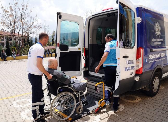 Sanitäter helfen Behinderten die Wahlurnen zu erreichen. (IHA Foto)