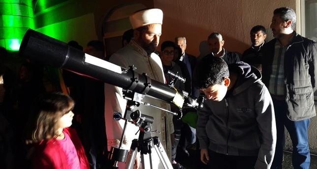 إمام تركي يضع تلسكوباً في المسجد لاستقطاب اليافعين