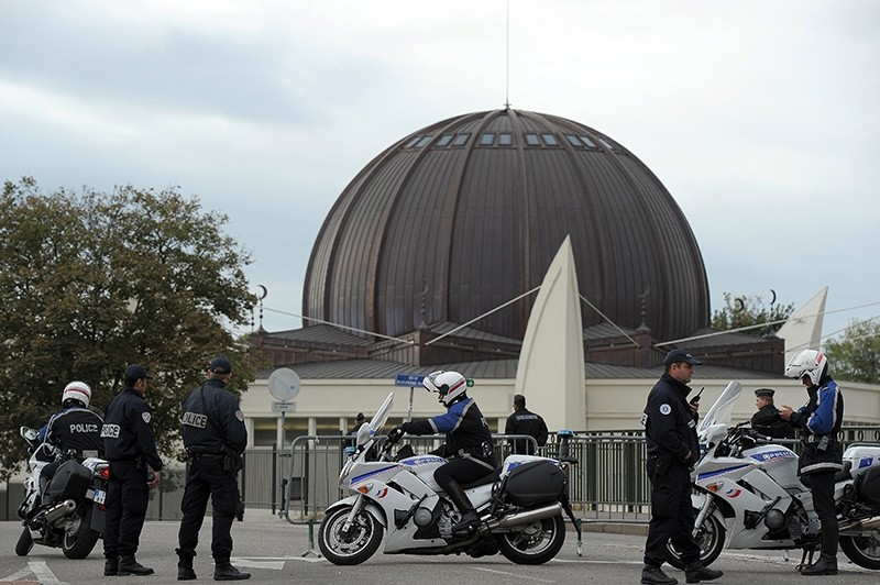 Policemen patrol in front of the Strasbourg Grand Mosque after its inauguration on Sept. 27, 2012. (AFP Photo)