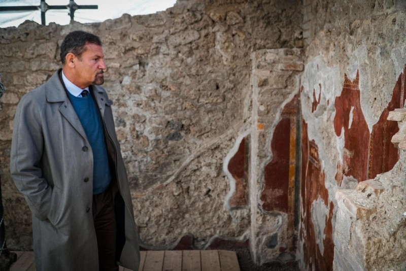 The director of the archaeological park of Pompeii, Massimo Osanna shows the restoration done to the frescoes of the House of the Gladiators, known as Schola Armaturarum, at the Pompeii archaeological site, near Naples, Italy,3 Jan 2019 (EPA Photo)