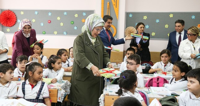 First lady Emine Erdoğan personally delivered notebooks to students at a school in Esenler, Isanbul, Sept. 13, 2019.