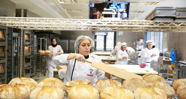 An İSMEK trainee practices her baking skills.
