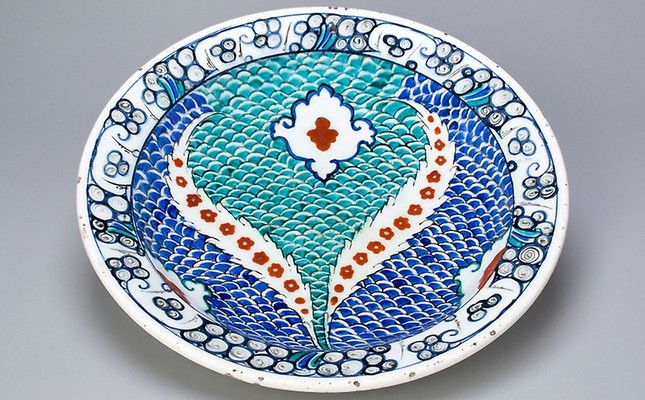 Plate with scale pattern and serrated leaves, Ottoman dynasty (1299–1923), late 16th century, İznik, Turkey.