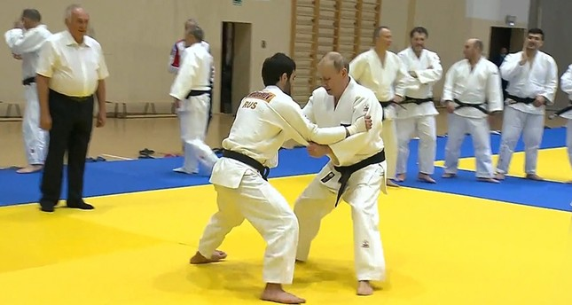 Putin injures his finger in judo practice with Olympic gold medal champion