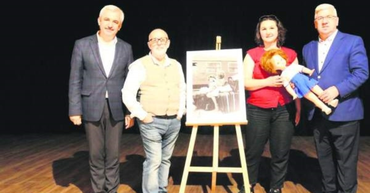 . (ERHAN u00d6ZTu00dcRK photo) Gu00fcnalan, second to left, met Yavuzkan, second to right, in Tekirdau011f 30 years after he took the photo