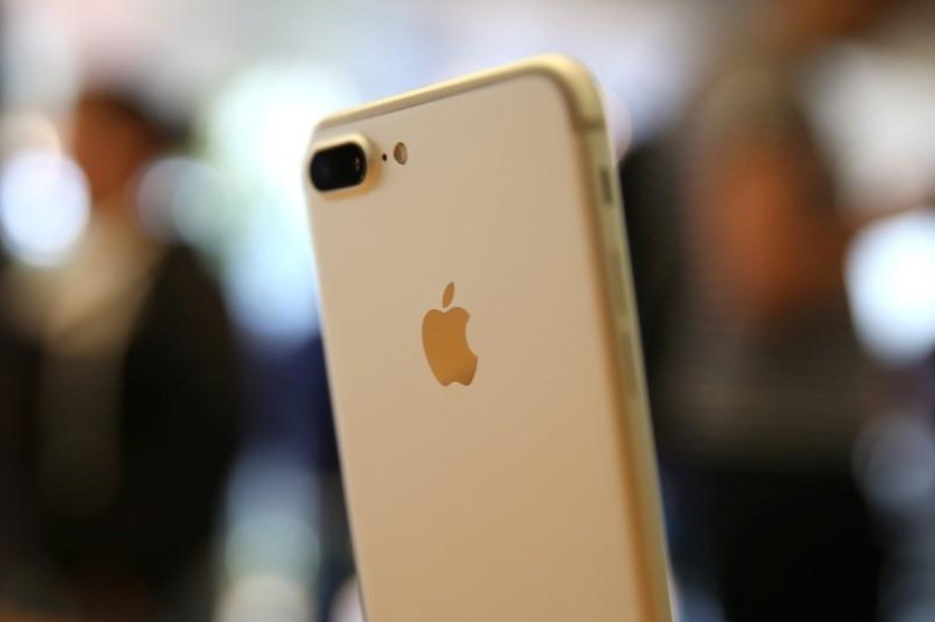 The new iPhone 7 smartphone is displayed inside an Apple Inc. store in Los Angeles, California, U.S., September 16, 2016. (Reuters Photo)