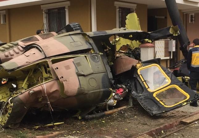 Военный вертолет упал в жилом районе Стамбула, 4 погибли