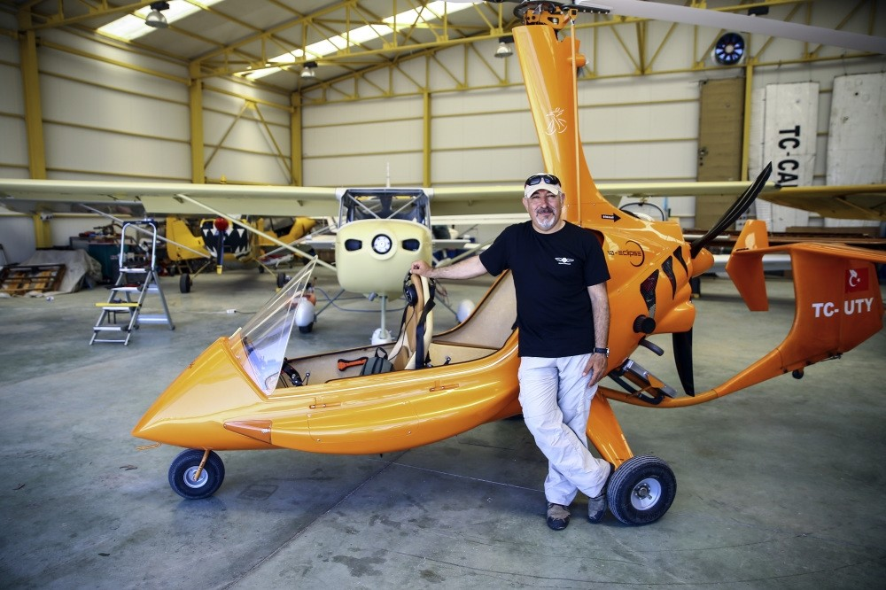 Alp Alper poses in front of gyrocopter with which he and Yavuz photograph Turkeyu2019s wonders from above.