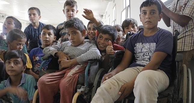 متطوعون أتراك يحققون أمنية طفلين سوريين نازحين في حلب أقعدتهما الحرب