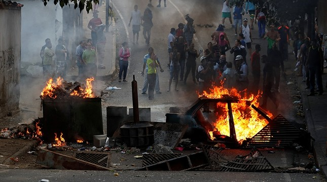 Demonstrators stand behind a burning barricade during a protest close to a National Guard outpost in Caracas, Venezuela, Jan. 21, 2019. Reuters Photo