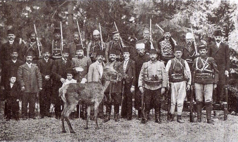 A photo of Enver Pasha and Resneli Niyazi with their  followers while they were  campaigning against the sultan on the mountains of  Macedonia.