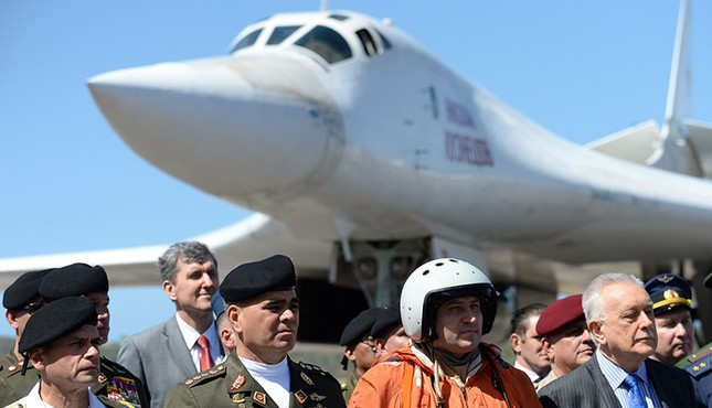 Venezuelan Defense Minister Vladimir Padrino (2-L) pictured after the arrival of two Russian Tupolev Tu-160 strategic long-range heavy supersonic bomber aircraft at Maiquetia International Airport, just north of Caracas, Dec. 10, 2018. (AFP Photo)