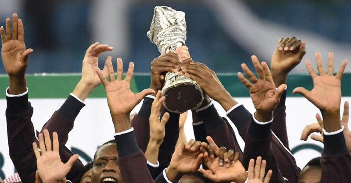 Qatar players celebrate with the Gulf cup trophy after defeating Saudi Arabia 2-1 in the final of the 22nd Gulf Cup football match at the King Fahad stadium in Riyadh, on November 26, 2014. (AFP PHOTO)