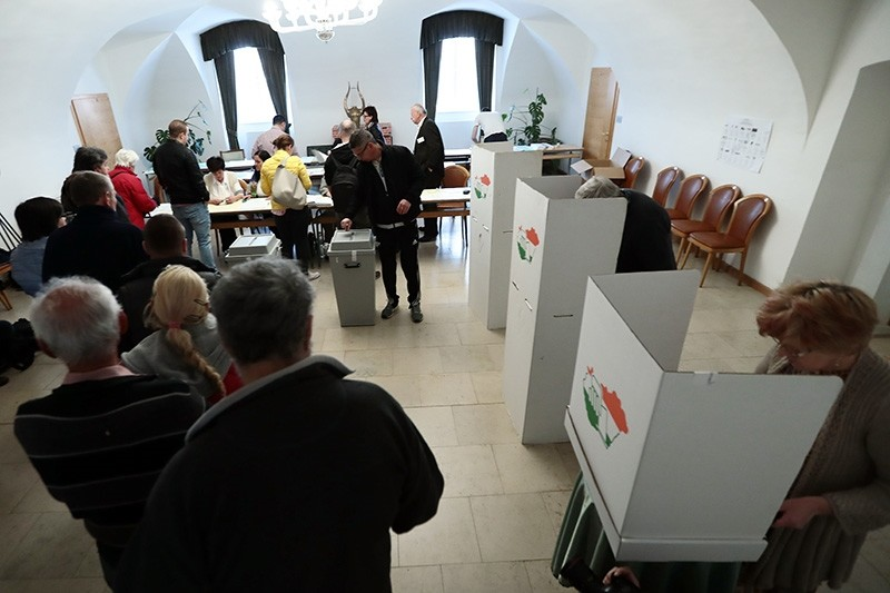 Hungarian voters cast their ballots in Gyoengyoes, 75 kms far from Budapest, on April 8, 2018 (AFP Photo)