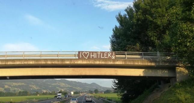 Nazi-Plakate auf Schweizer Autobahn