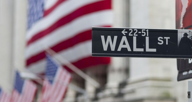 Wall Street closes mixed with bank decline, energy gain