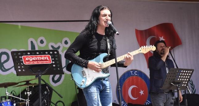 فنان تركي يحيي حفلاً موسيقياً في أعزاز السورية
