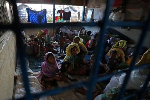 Rohingyas, who crossed the border from Myanmar, take shelter at Long Beach Primary School, in the Kutupalong refugee camp, in Bangladesh Oct. 23, 2017. (REUTERS Photo)