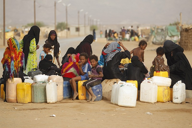 Women and children gather to collect water from a tap at a camp for internally displaced persons (IDPs) in al-Mazraq in the northwestern Yemeni province of Hajja May 20, 2013. (Reuters Photo)