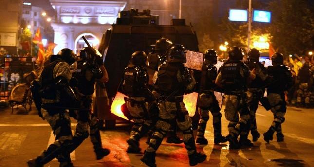 قوات مكافحة الشغب تتدخل خلال مظاهرة احتجاج على اتفاق تغيير اسم مقدوني، سوكبيا (الفرنسية)