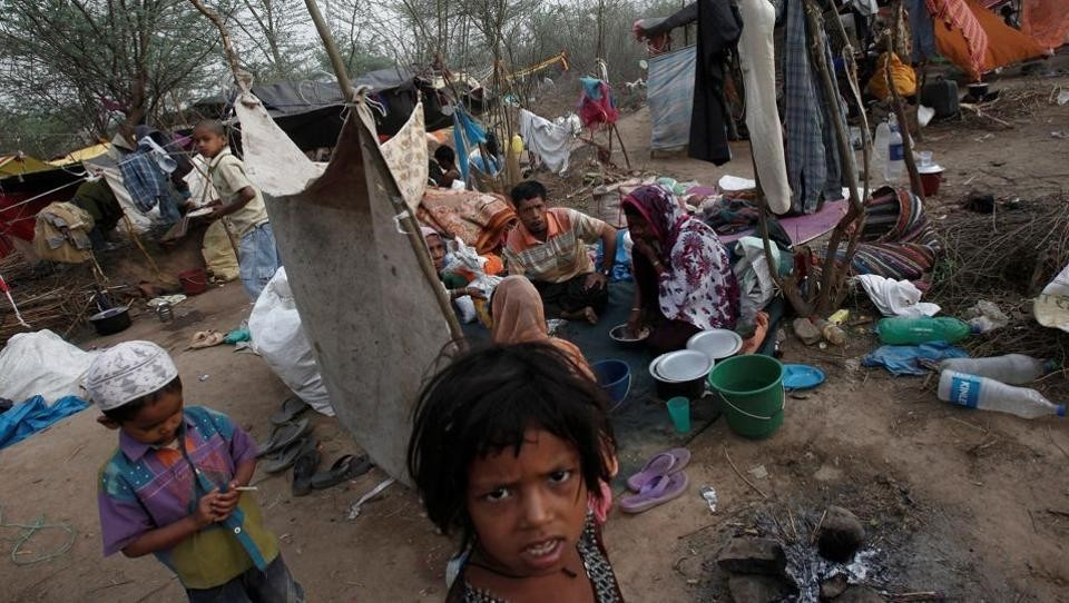 A family, who says they belong to the Burmese Rohingya Community from Myanmar, eats their breakfast at a makeshift shelter in a camp in New Delhi. (REUTERS Photo)