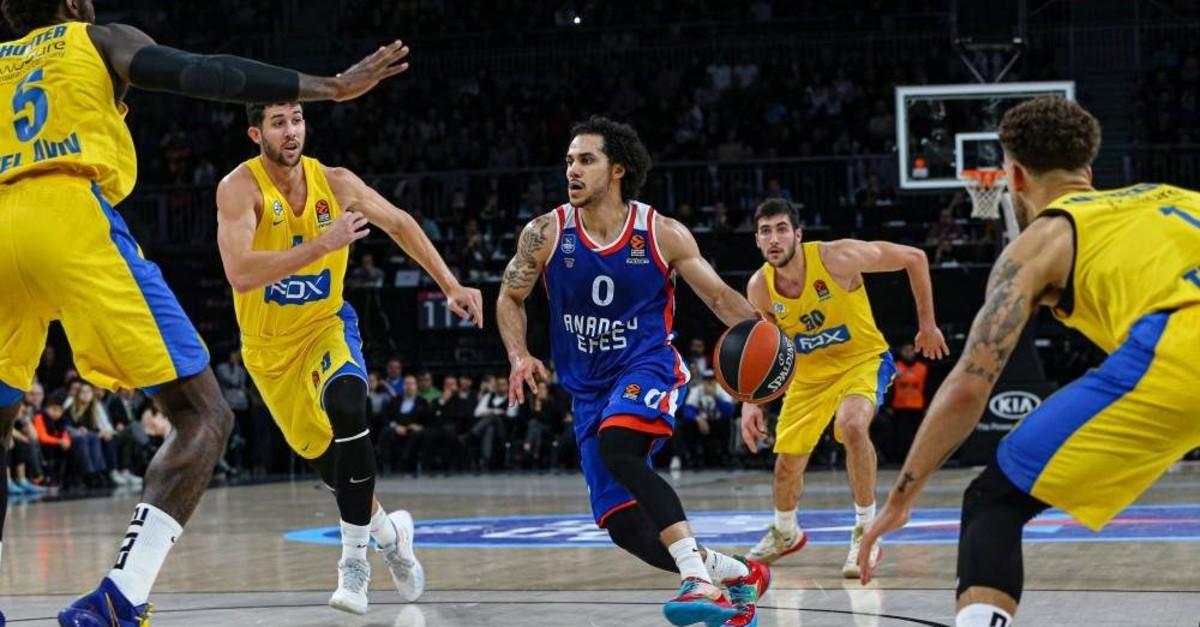 Shane Larkin of Anadolu Efes tackles Maccabi Fox players in a EuroLeague match, Istanbul, Dec. 26, 2019. (AA Photo)