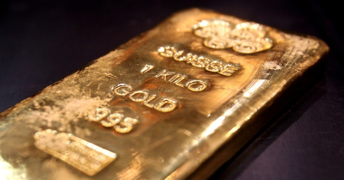 A one kilo gold bar is displayed in a shop in Dubai's gold souk, April 11, 2006. (Reuters Photo)