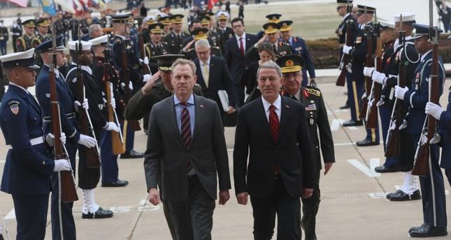 وزير الدفاع الأمريكي بالوكالة باتريك شاناهان أثناء استقباله خلوصي أقار بمقر البنتاغون 20 فبراير 2019 (الأناضول)
