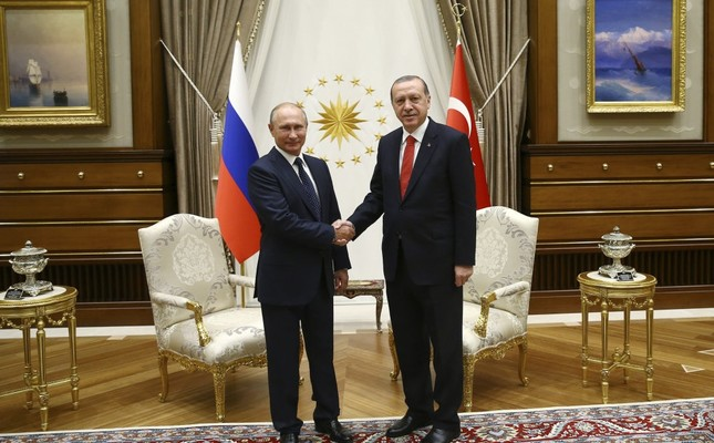 Russian President Vladimir Putin (L) and President Recep Tayyip Erdoğan pose before meeting to discuss the Syrian conflict and bilateral relations, Presidential Complex, Ankara, Sept. 28, 2017.
