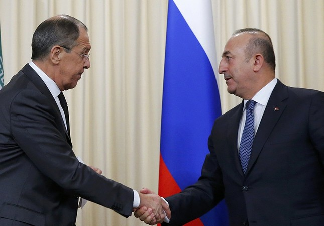 Foreign Minister Mevlüt Çavuşoğlu (R) and Russian counterpart Sergei Lavrov (L), leave after a news conference in Moscow, Russia, Dec. 20, 2016 (Reuters File Photo)