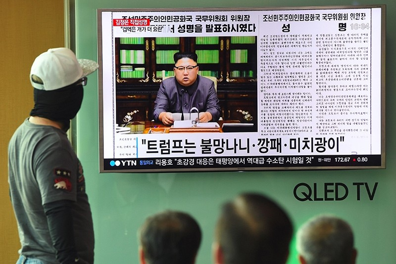 People watch a television news screen showing a picture of North Korean leader Kim Jong-Un delivering a statement in Pyongyang, at a railway station in Seoul on September 22, 2017 (AFP Photo)