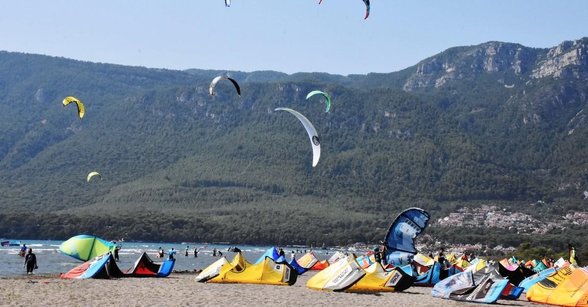 Adventure seekers camp on the coast of Muu011fla and enjoy wind and kite surfing.