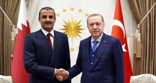 الرئيس التركي أردوغان يصافح الأمير تميم بن حمد آل ثاني خلال لقائهما بالمجمع الرئاسي في أنقرة 15 يناير 2018