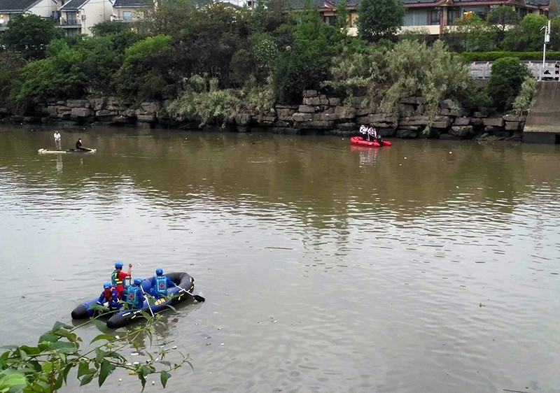 Rescuers search for missing victims in the Peach Blossom River after two dragon boats sank in Guilin, Guangxi Province, China, April 21, 2018 (EPA Photo)
