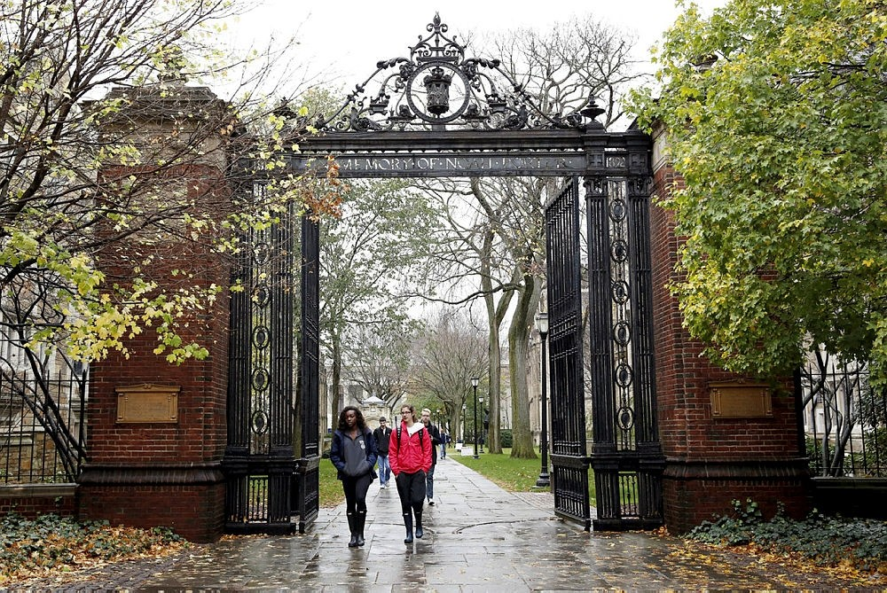Students walk on the campus of Yale University in New Haven, Connecticut November 12, 2015.  (REUTERS Photo)