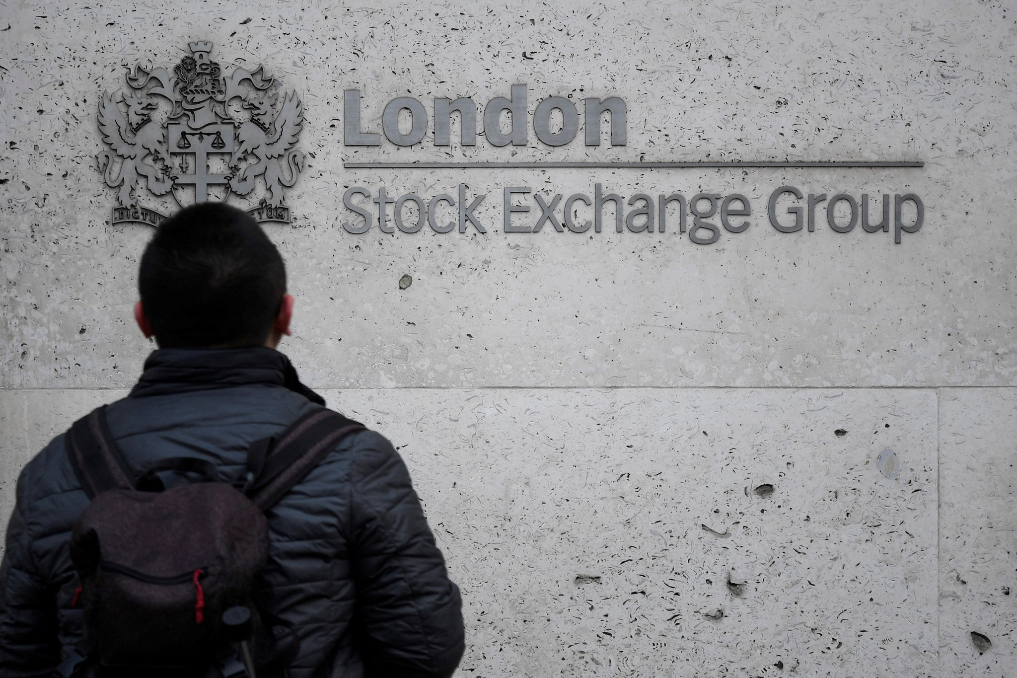 People walk past the London Stock Exchange Group offices in the City of London, Britain, December 29, 2017. (REUTERS Photo)