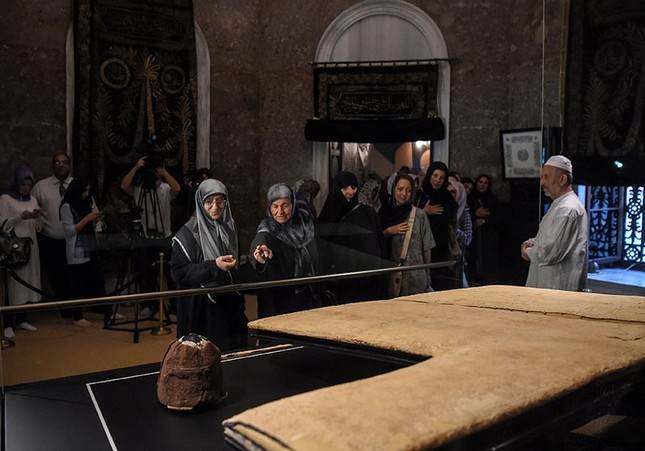 Prophet Muhammad's cloak brings together Muslims from across