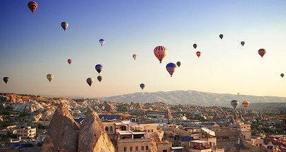 شهدت أعداد السياح الذين حلقوا بالمناطيد الطائرة فوق أجواء كبادوكيا التركية زيادة في 2017 بلغت 32% مقارنة بالعام الذي قبله.  ووفق معطيات المديرية العامة للطيران المدني، فإن عدد السياح الذين تجولوا...