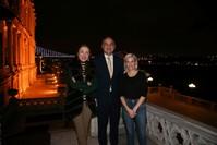 وزير الثقافة والسياحة التركي محمد نوري أرصوي وزوجته برفين أرصوي يستقبلان المممثلة والمخرجة الأمريكية إليزابيث بانكس  (الأناضول)