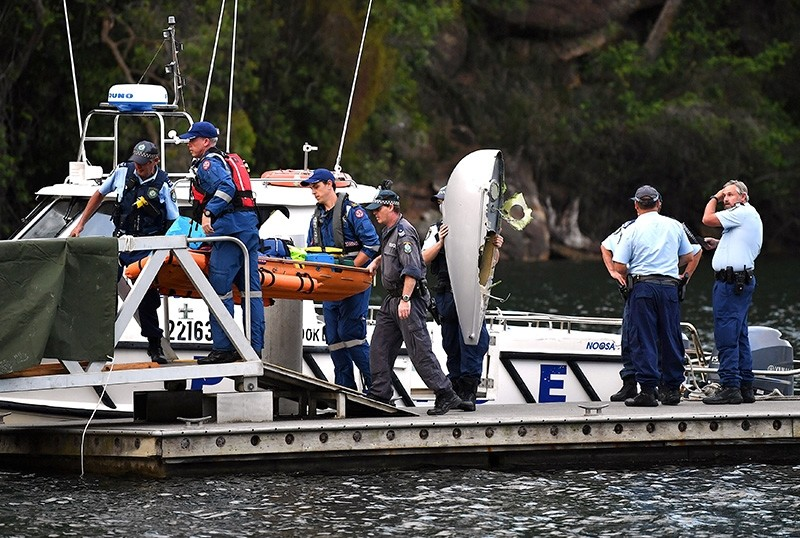 The body of a passenger recovered from a seaplane that crashed on Sunday killing six people, is carried by Australian police and medical officers, at Apple Tree Bay located on the Hawkesbury River, north of Sydney, Dec. 31, 2017. (Reuters Photo)