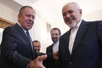 وزير الخارجية الروسي مستقبلا نظيره الإيراني اليوم (EPA)