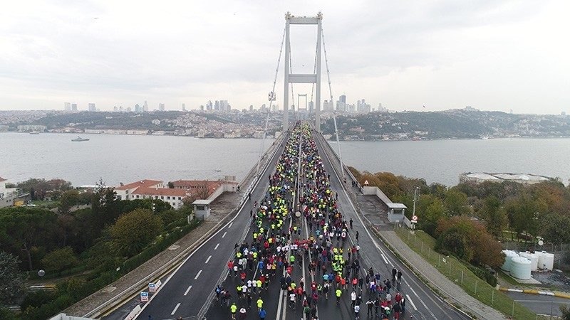 Runners participating in the 39th Vodafone Istanbul Marathon on the July 15 Martyrs' Bridge, Sunday, Nov. 12, 2017 (IHA Photo)