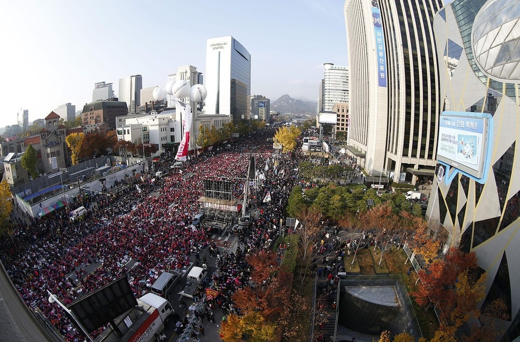 South Koreans shout slogans as they carry placards reading Park Geun-hye Out against on a main street in Seoul, South Korea November 12, 2016. Reuters Photo