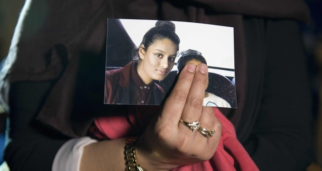 In this file photo taken on Feb. 22, 2015, Renu Begum, eldest sister of missing British girl Shamima Begum, holds a picture of her sister while being interviewed by the media in central London. (AFP Photo)