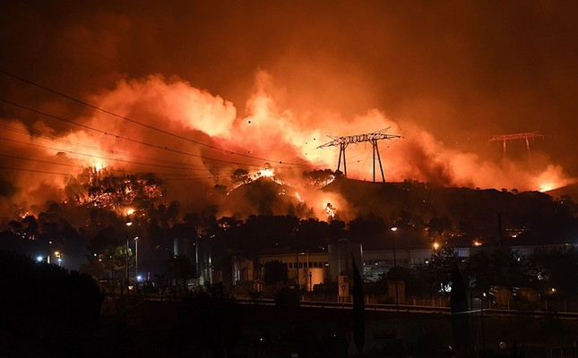 France mobilized 1,500 firefighters August 10, 2016 to deal with wildfires in the countryside north of Marseille that have gutted buildings and forced more than 1,000 people to flee their homes. AFP Photo