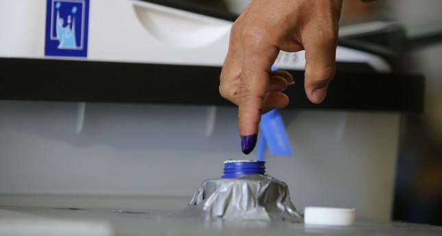 مواطن عراقي أثناء الإدلاء بصوته في الانتخابات البرلمانية الأخيرة (الأناضول)