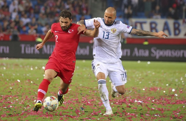 Şener Özbayraklı (L) tries to dribble past Russia's Fedor Kudryashov, right, during the UEFA Nations League match between Turkey and Russia in Trabzon, Sept. 7.