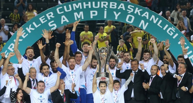 Anadolu Efes lifting the Presidential Cup after beating Fenerbahçe 65-62 in Ankara, 3 Sept. 2018. (AA Photo)