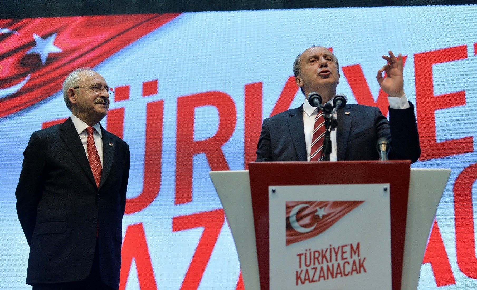 Muharrem u0130nce (R) told reporters at Parliament yesterday that he offered Kemal Ku0131lu0131u00e7darou011flu (L) an honorary party chairmanship position.