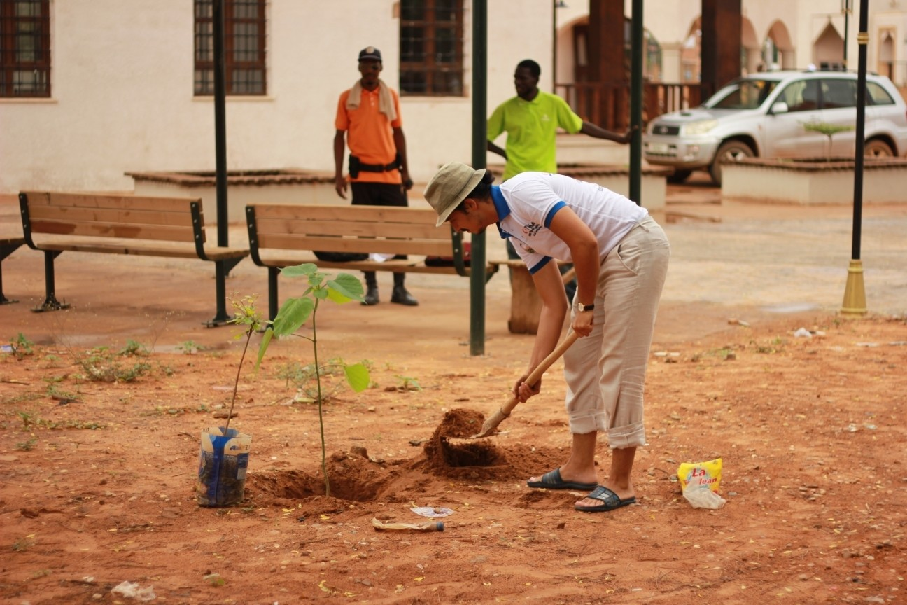 Students repaired a mosque and planted trees in the Niger leg of Tu0130KAu2019s program.